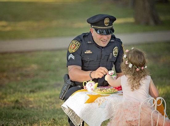 جشن دونفره دختر کوچک و پلیس که همه جا پخش شد