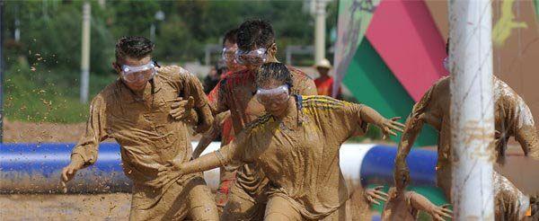 برگزاری فوتبال مختلط چینی ها در گل و لای