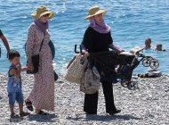دو زن بخاطر لخت نبودن در ساحل نیس اخراج شدند