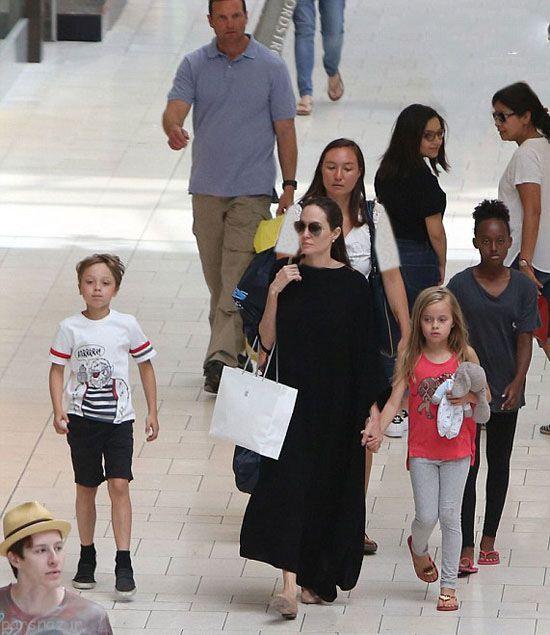 عکس های آنجلینا جولی و فرزندانش در یک پاساژ