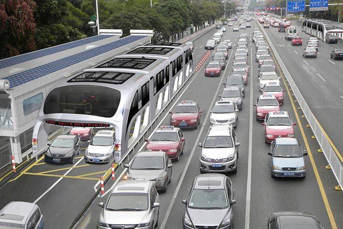 اتوبوس کانسپت از روی ماشین ها رد می شود
