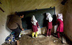 تمیز کردن مدرسه توسط معلم و دانش آموزان