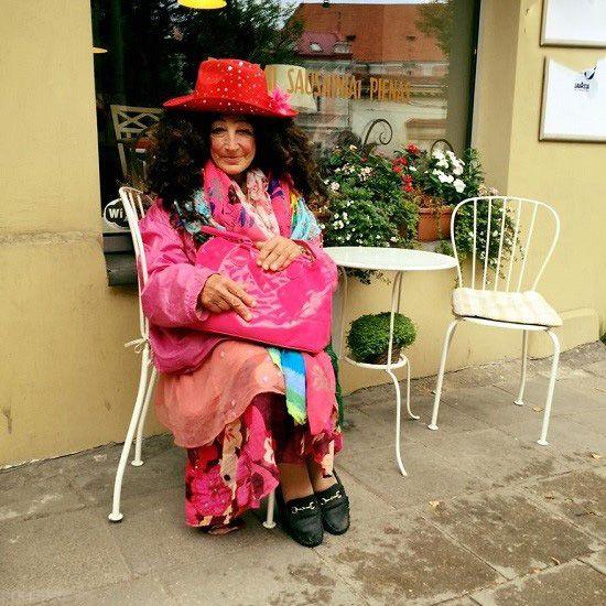 این خانم گدا لباس های شیک می پوشد