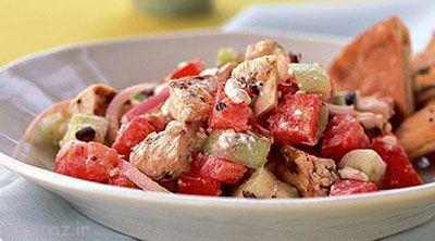 مخلوط خوشمزه سالاد یونانی و ساندویچ مرغ