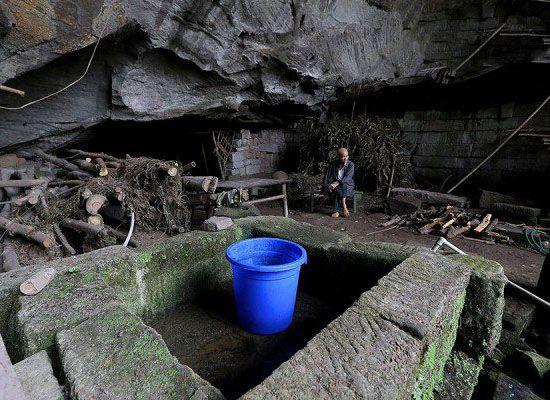 زوجی که پس از ازدواج درون غار زندگی می کنند