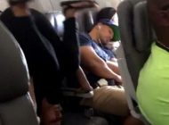 این زن در هواپیما حرکات یوگا تمرین می کرد