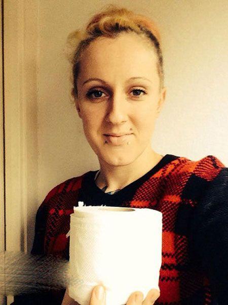 ویار زن حامله خوردن دستمال توالت آلوده است