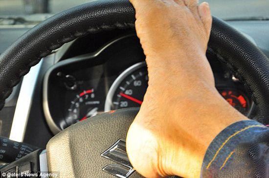 مرد راننده حرفه ای بدون دست را ببینید