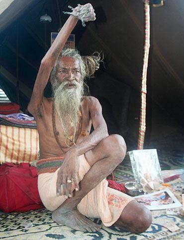 این مرد 40 سال دست خود را بالا نگه داشته