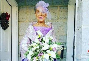لباس عروس این پیرزن همه را شوکه کرد