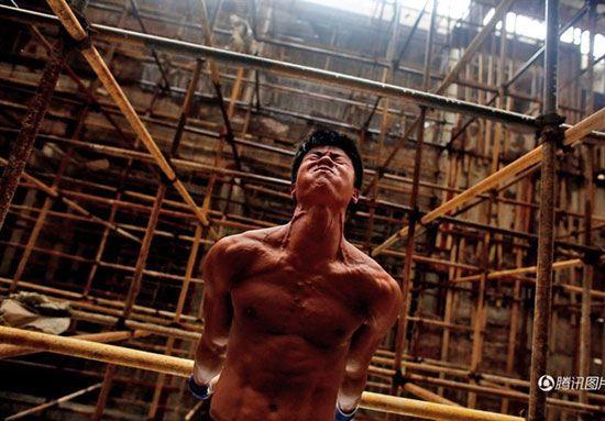 کارگر ساختمانی با عضلات ورزیده ستاره شد