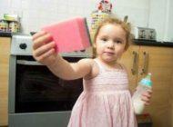این دختر دو ساله همه چیز را می خورد