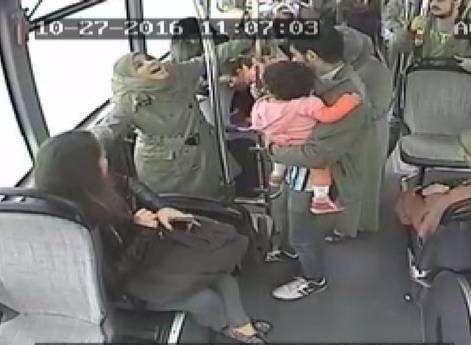 زن جوان در اتوبوس جلوی چشم همه زایمان کرد +عکس