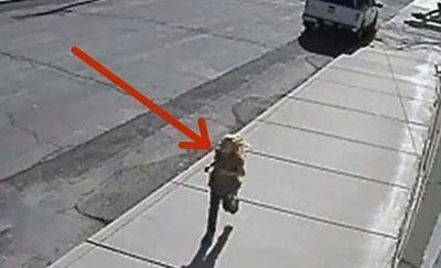 علت دویدن و جیغ زدن این دختر در خیابان
