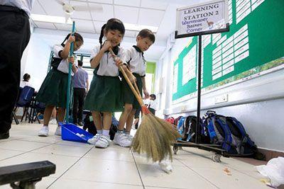 همکاری دانش آموزان ژاپنی در نظافت مدارس