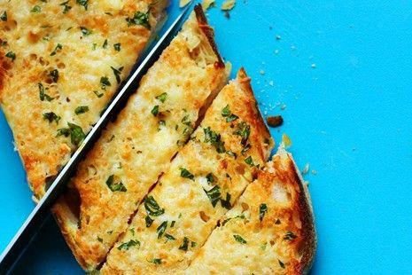 طرز تهیه نان سیر و ریحان پنیری عالی