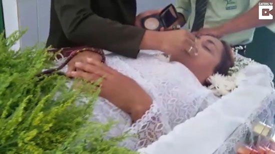 مراسم ختم برای دختری که دورن تابوت زنده بود