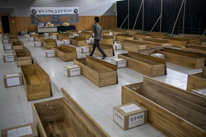 مراسم مرگ شاد و تدفین نمادین در تابوت