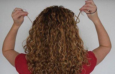 مراقبت از موهای فر با این راهکارها