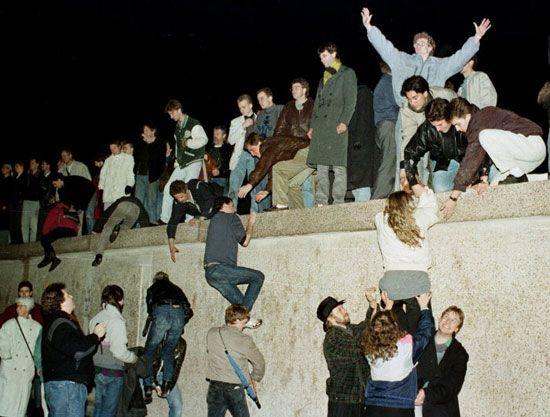 خراب شدن دیوار تاریخی برلین در آلمان از دیده دیگر