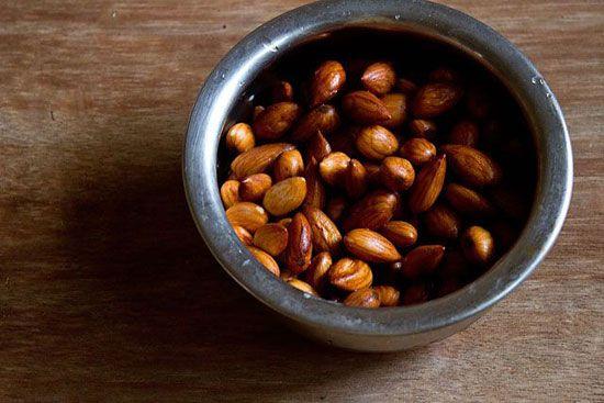 حلوای بادام را همراه روغن نارگیل طبخ کنید
