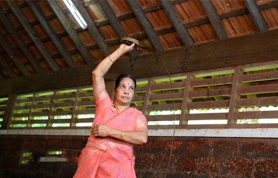 مادر بزرگ 73 ساله استاد شمشیر بازی است