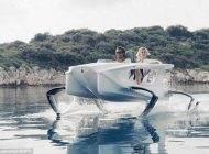 قایق الکتریکی جدید که روی آب معلق است
