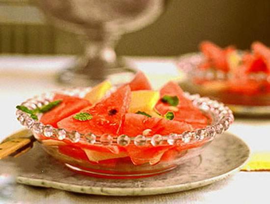 تکه های هندوانه و شربت لیمو خوش طعم