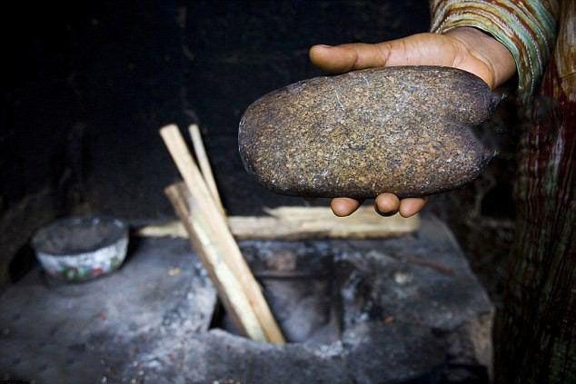 گذاشتن سنگ داغ شده روی سینه دختران در کامرون