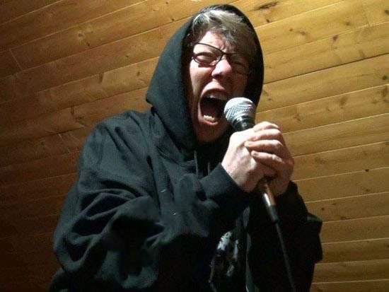 مادر بزرگ 68 ساله خواننده گروه موسیقی متال راک