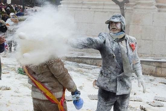 فستیوال جالب جنگ تخم مرغ و آرد در اسپانیا