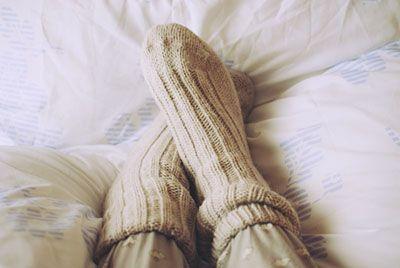 دلیل خوابیدن دختران با جوراب چیست؟