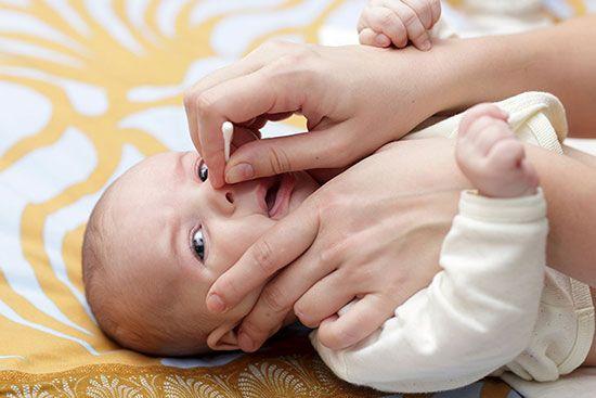 Image result for تمیزکردن بینی نوزاد