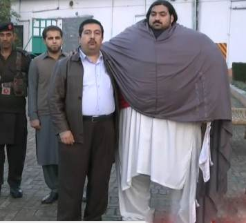 مرد 440 کیلویی پاکستانی روزانه دو کیلو گوشت میخورد