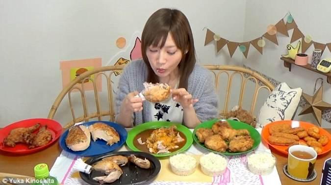 دختر زیبای ژاپنی با غذا خوردن در یوتیوب رکورد زد