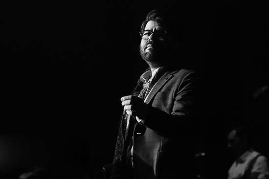 عکس های حامد همایون در کنسرت چتر خیس اشک ریخت