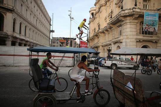 عجیب ترین شغل دنیا با این دوچرخه 7 متری