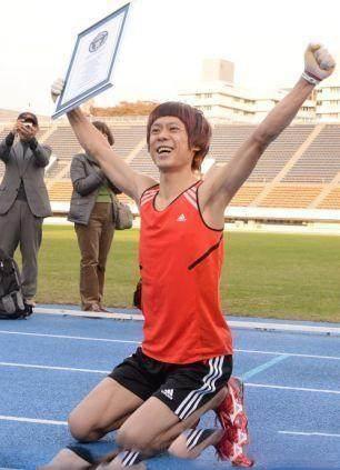 مسابقه دو انسان ها و دویدن مانند حیوانات