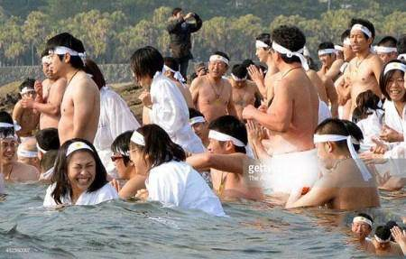 شنا و آب تنی مردان و زنان لخت در مراسم ژاپنی