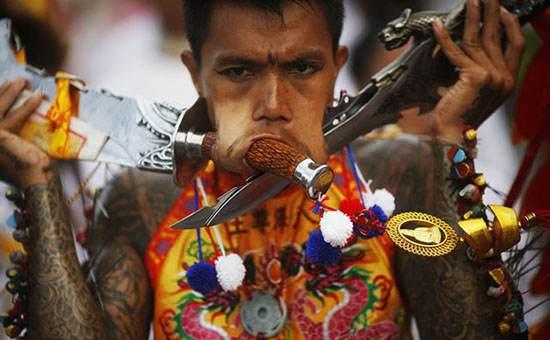 جشنواره فرو کردن اشیا درون بدن در تایلند