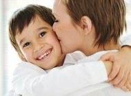 تاثیرات بوسیدن و درآغوش گرفتن کودک توسط والدین