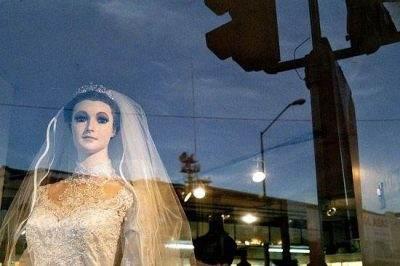 عروس مومیایی شده در ویترین این مغازه