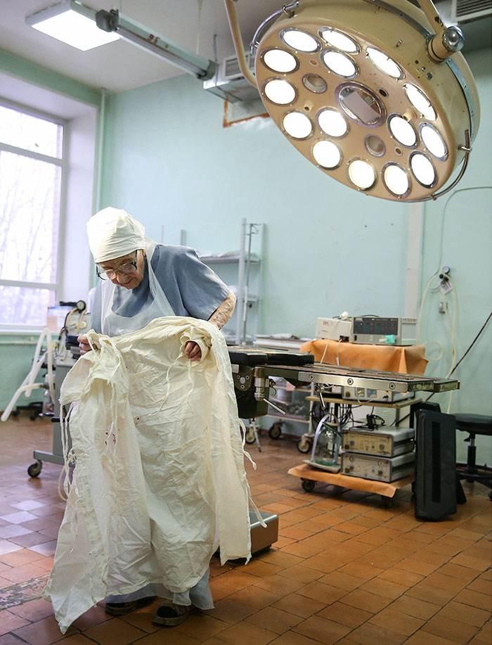 پیرزن 90 ساله پیرترین جراح جهان