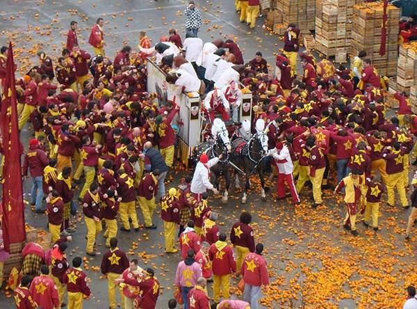 جشنواره دیدنی پرتقال بازی در کشور ایتالیا