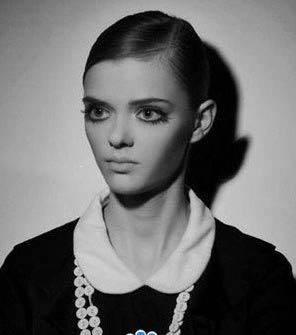 دختر مدلینگ جذاب با چشمان درشت و عجیب