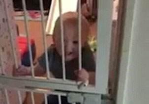 کودک 21 ماهه که از دیوار راست بالا می رود