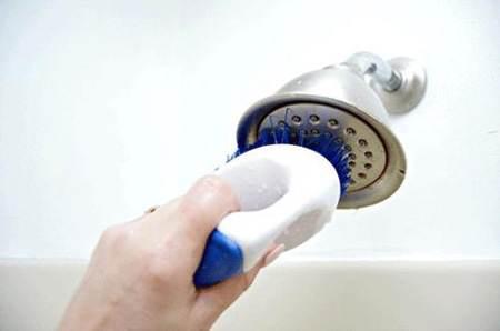 تمیز کردن سردوش حمام با این روش ساده
