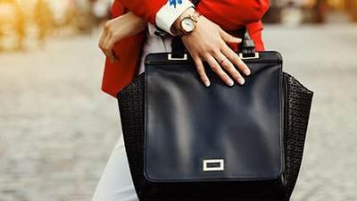 عوارض حمل کردن کیف های سنگین در خانم ها