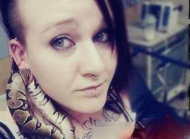 دختری که از مار زنده بعنوان گوشواره استفاده کرد