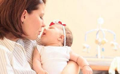 تاثیر عالی لالایی خواندن برای خواباندن نوزاد